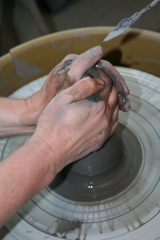 Voici le chemin à suivre pour tourner une pièce.La base d'une pièce tournée est un cylindre qui selon les gestes effectués par la suite donnera, la forme d'un vase, pichet, saladier etc...