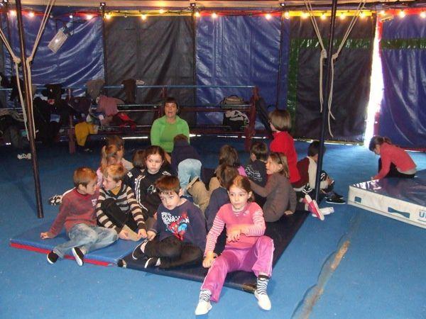 Les écoliers d'Asnières-La-Giraud répétant  des exercices pour présenter un spectacle de cirque vendredi 20 avril 2012. Classes maternelles de petite et moyenne section, de grande section et cours préparatoires. Pas de photos du cours élément