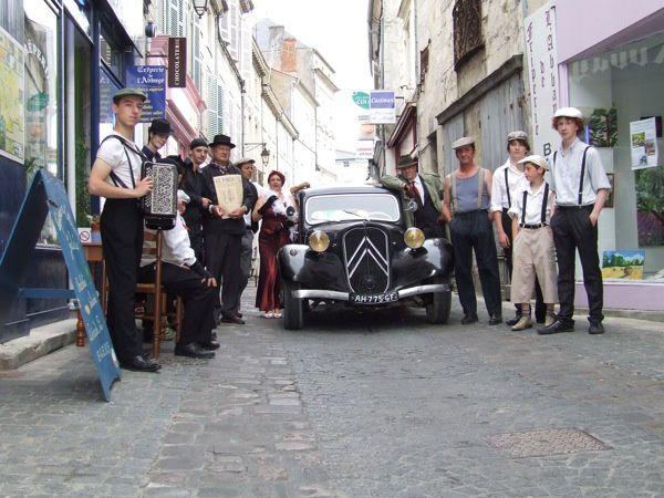 """Après Cognac (Charente) le 16 juin 2011, Lydia tourne le lendemain l'autre moitié de son clip Rue des Bancs à Saint-Jean-d'Angély. Des figurants sont en costume des années 30. Lydia interprète sa chanson  """"Mon titi parisien"""". Il a fallu plusieu"""