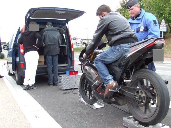 Contrôle aux abords du collège de Saint-Jean-d'Angély par la brigade motorisée de Saintes. Limités à 45 km/h, plusieurs cyclos ont bloqué le curvomètre à 99 km/h (il n'a que deux chiffres)