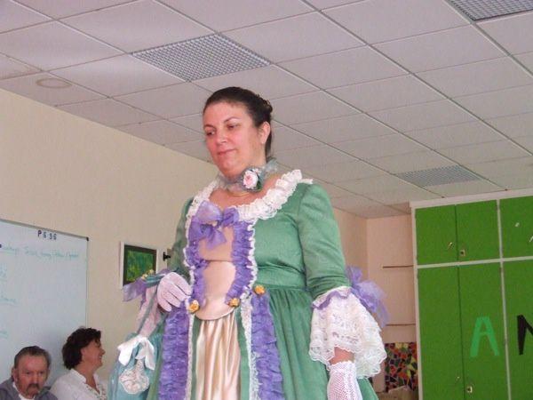 L'Ehpad Saint-Louis de Saint-Jean-d'Angély à organisé le 20 octobre 2011, un défilé costumé pour ses résidents, dont les toilettes 18e siècle ont été réalisées par Annie Tard