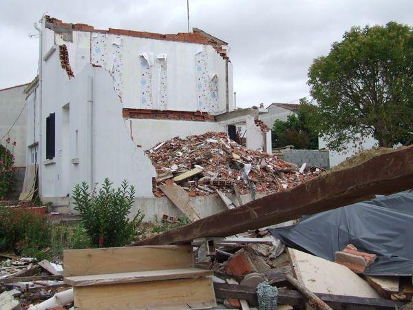 20 juin 2011 : quatre mois après l'explosion, la plupart des maisons sont restées en l'état : les habitants logent ailleurs, attendent les rapports des experts pour prétendre à l'indemnisation des assurances et faire réparer