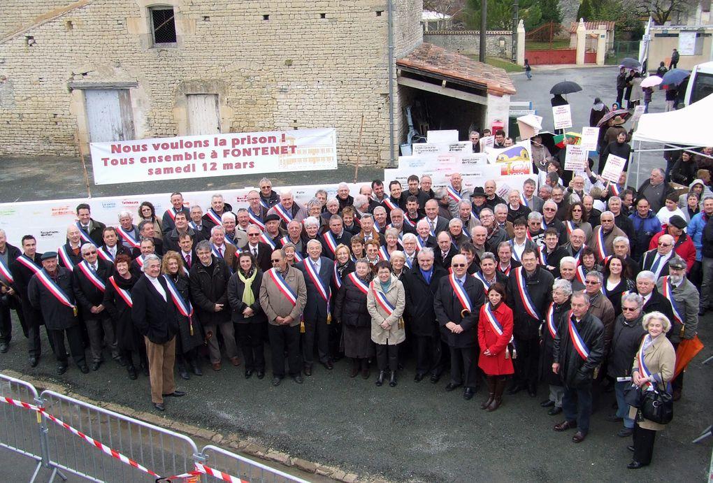 Samedi 12 mars 70 maires et 40 adjoints de l'arrondissement de Saint-Jean-d'Angély ont manifesté pour l'implantation du centre pénitentiaire à Fontenet (17400). Sur un mur construit devant la mairie, ils ont signé le nom de leur commune.