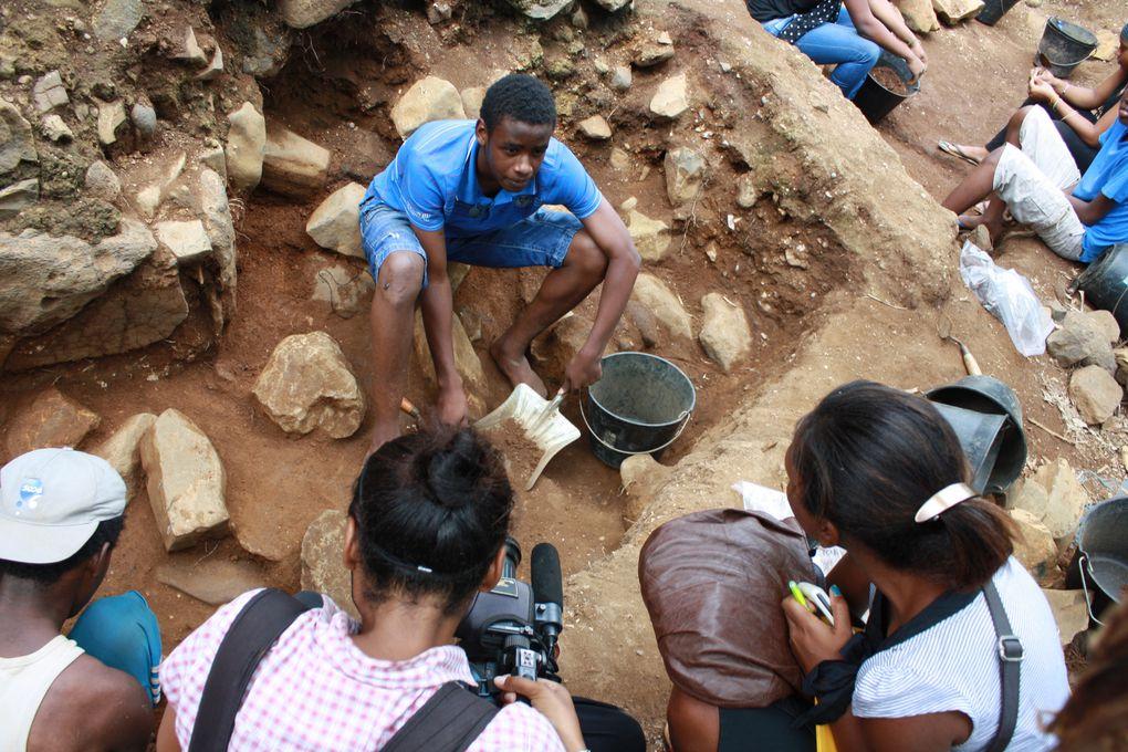 Le chantier archéologique d'Acoua (Agnala M'kiri) a accueilli des journalistes de la télévision locale, Mayotte Première. Les jeunes étaient fiers de présenter leur travail.