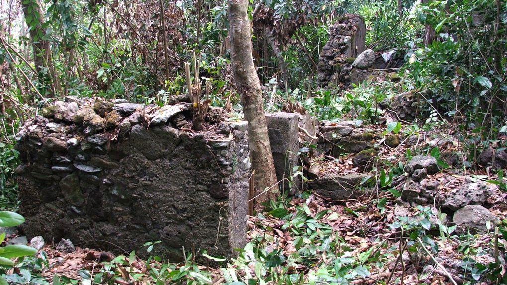 Le site de Maouéni ou Gagani au nord de Mayotte conserve les ruines intéressantes d'une mosquée.
