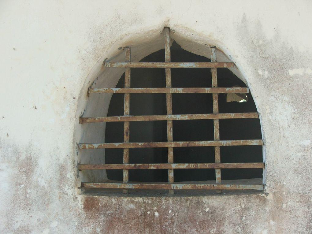 La mosquée de la ville de Tsingoni, ancienne capitale des sultans shirazi, datée du XVIe siècle par son mihrab portant une inscription arabe de 1538.