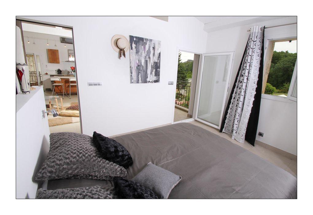 Situé au premier étage, Faustin vous offre depuis sa terrasse une vue panoramique sur la propriété. L'espace de vie, comprenant une cuisine équipée ouverte sur le séjour, mène sur les traces de ses voyages.
