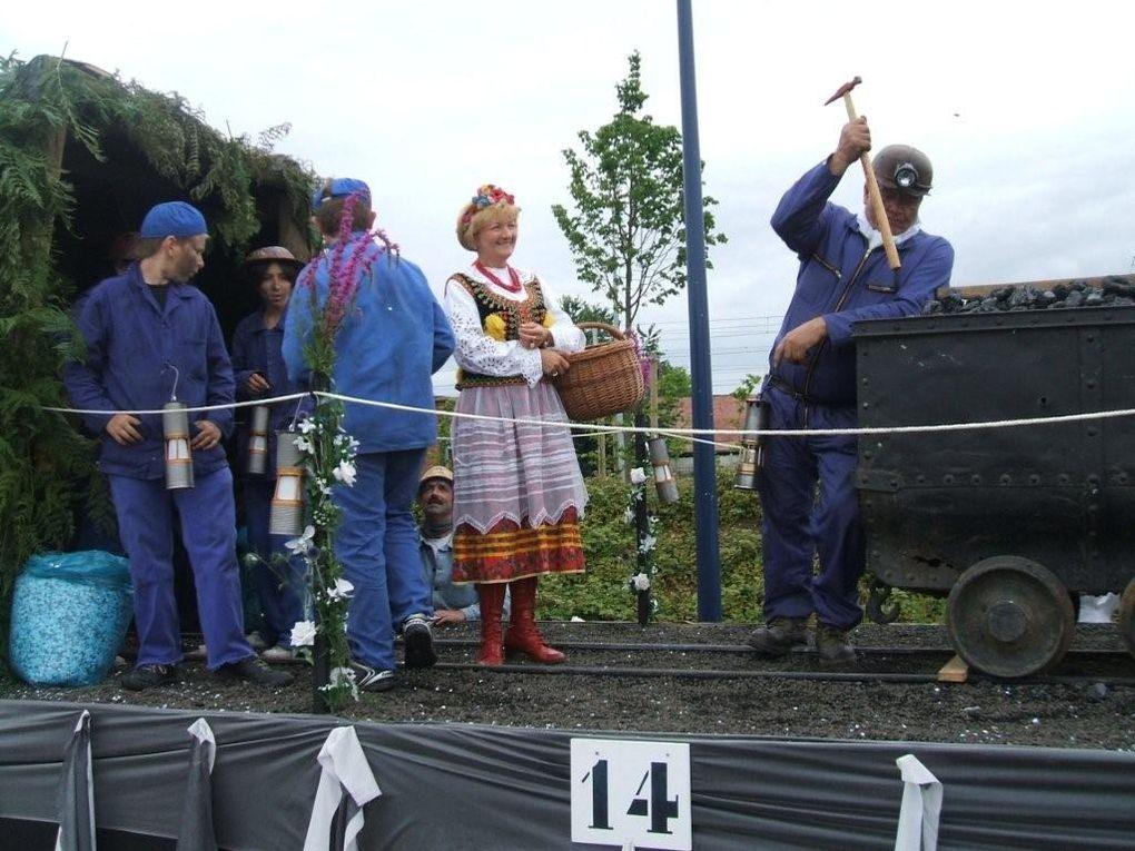 En 2007 : le thème était les régions. Nous avions choisi celle du Pas de Calais avec la mine. Les chars ont été préparés par les membres de la Colombe. En 2010 : le thème était celui de la musique.