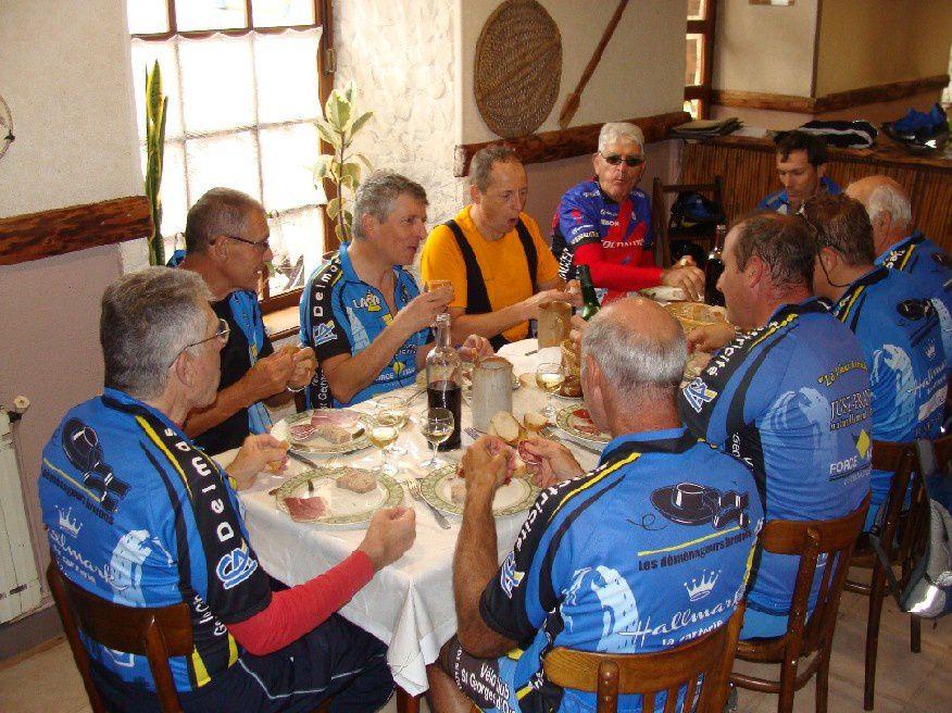 les coureurs cyclistes du vélo-Club Saint-Georgien ont troqué leurs vélos de course habituels contre des VTT le temps d'une balade sur la belle piste verte aménagée sur l'ancienne ligne de chemin de fer Bédarieux–Mazamet.