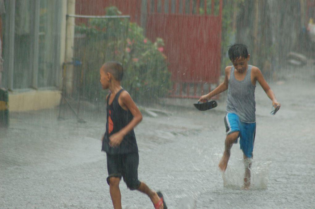 Ici il ne pleut pas souvent, mais quand il y a de l'orage ça rigole pas.... A part les enfants!!!!