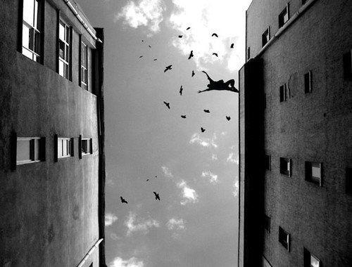 La photographie en noir et blanc oriente le regard sur le sujet.