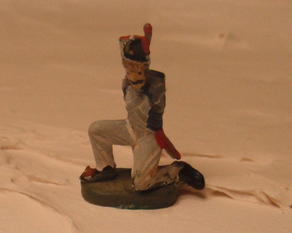 Il s'agit de montrer comment on peut transformer des figurines avec deux coups de cutter un peu de fil de fer et du chwing gum.