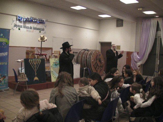 Fête de 'Hanoukah des enfants au centre communautaire d'Alfortville et allumage sur le parvis de la mairie d'Alfortville