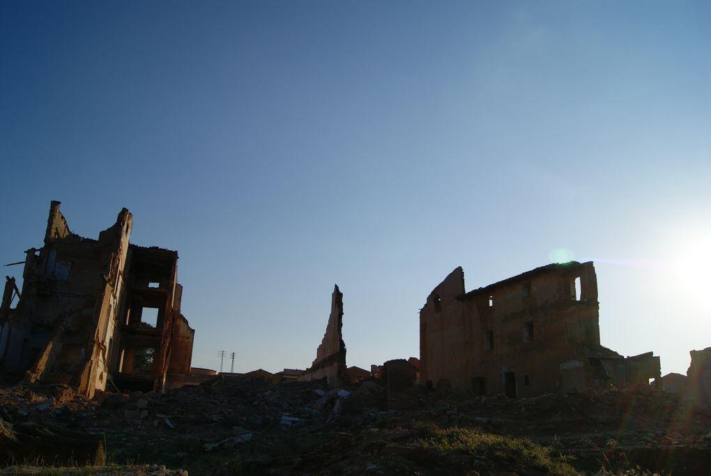 Esta semana santa en mi paso por Zaragoza visité Belchite que se encuentra a 49km de la capital.Es famoso porque durante la Guerra Civil el pueblo fue arrasado y hoy quedan las ruinas de un pueblo testigo mudo de la contienda que allí tuvo lugar.