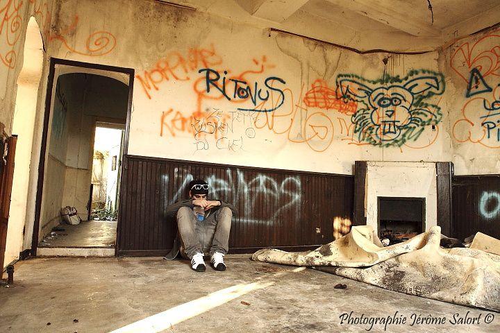 Shooting style reportage dans un un environnement d'art urbain.Toutes les images de cet album ont été réalisées à main levée et sans aucun accessoire ni flash, un peu à la manière d'un reportage. Beaucoup d'iso, de grain et de contraste.