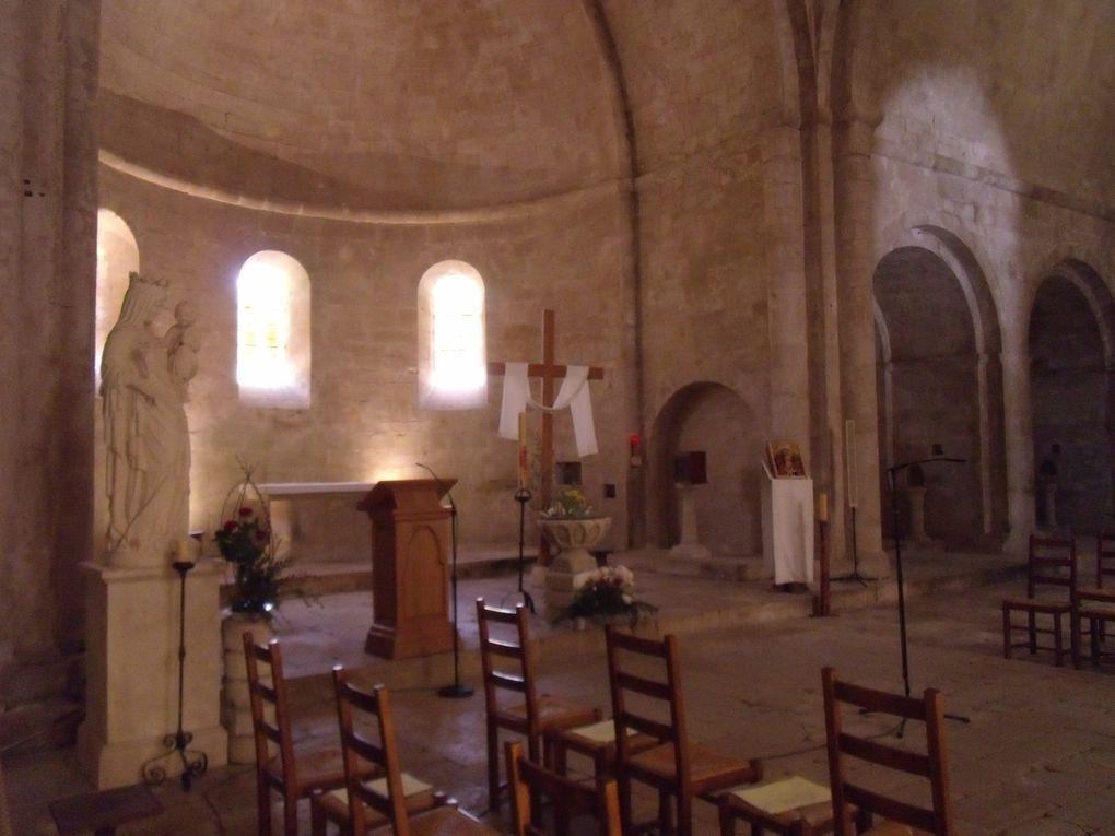 L'abbaye de Sénanque est située au creux d'une vallée très encaissée, assez difficile d'accès.Les 8 moines cisterciens qui y vivent dépendent de l'abbaye de Lérins, près de Cannes.