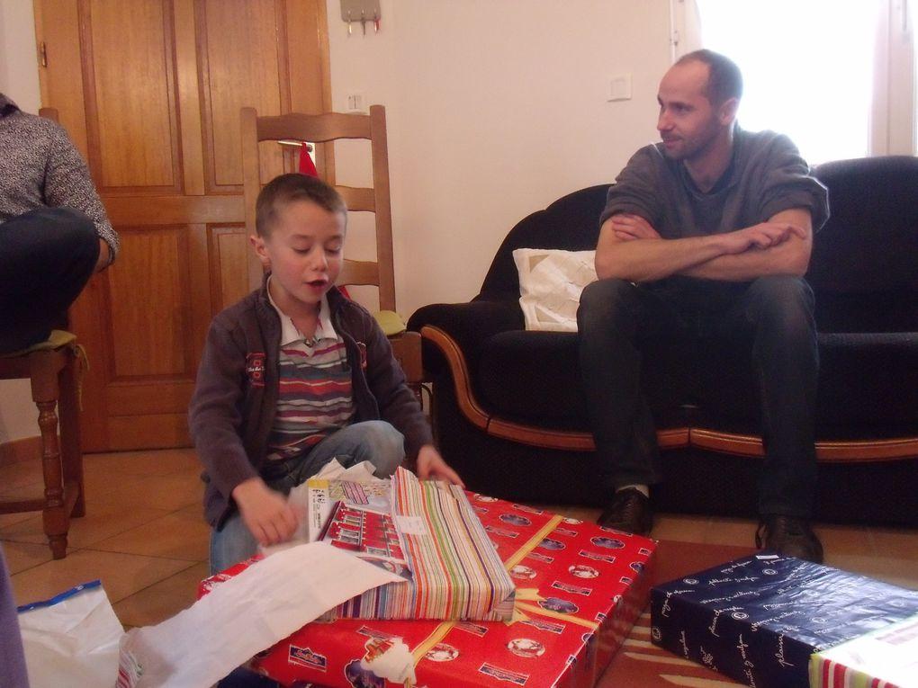 presque tout le monde à Meslay pour fêter Noël et recevoir les cadeaux... Il paraît qu'il devait y en avoir moins en période de crise ?