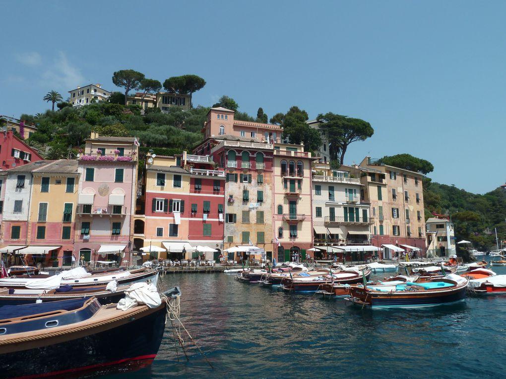"""N'en déplaise à certains, Portofino a su se préserver  par certains côtés du """"tourisme """" de masse ...Et bien qu'envahie l'été ,elle demeure élitiste  et  joyau du Golf Paradisio"""". .La découvrir par la mer ajouta à son charme.(reproduction p"""