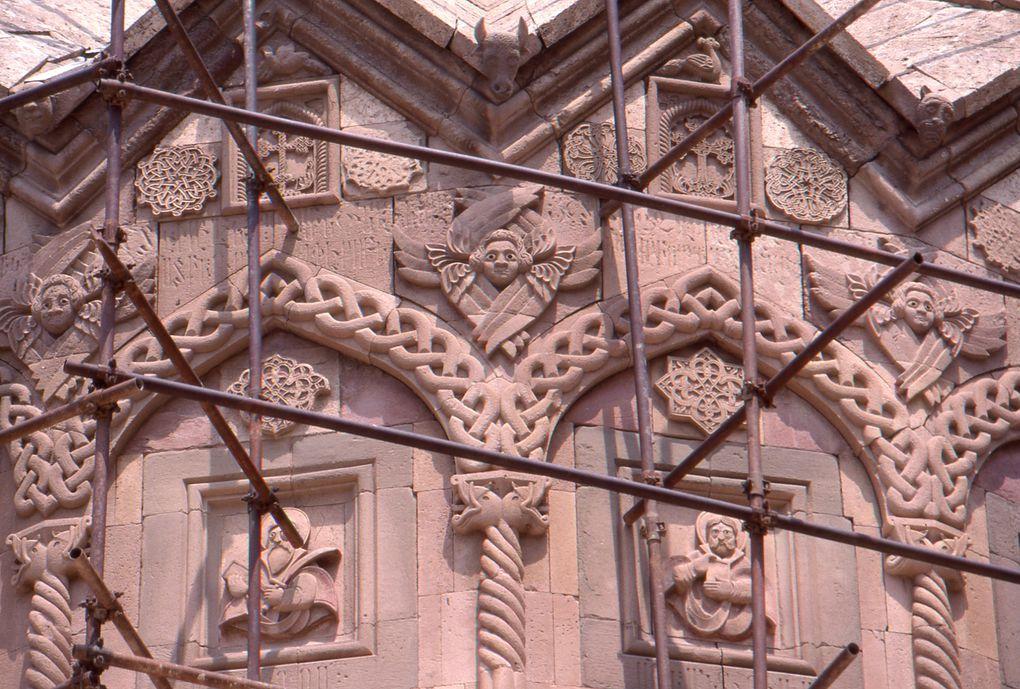 Isolé dans une nature majestueuse au nord de l'Azerbaidjan oriental, ce monastère, fondé au Xe siècle, est l'un des plus beaux d'Iran. Les édifices actuels datent des XVIe-XIXe siècles. Photographies : Patrick Ringgenberg.