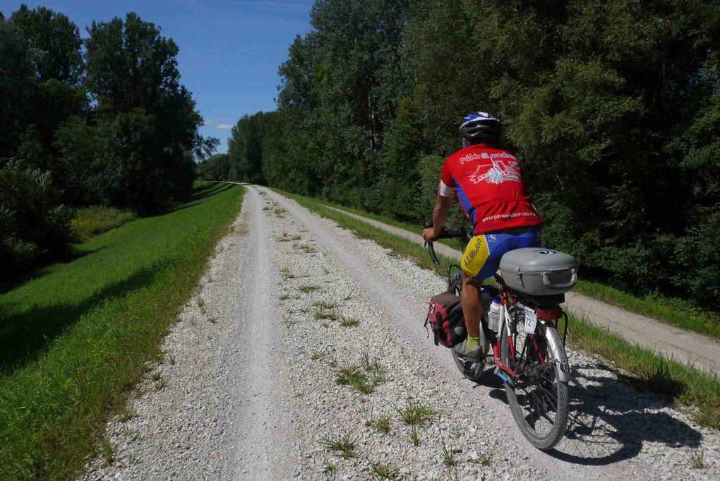 Photos prises en France au cours de l'expédition vélo Pékin Paris Londres 2012 en longeant le Danube sur le parcours de l'Eurovélo 6 avec étapes à Passau, Regensbourg,  Ingolstadt, Ulm, Sigmaringen et Donaueshingen.