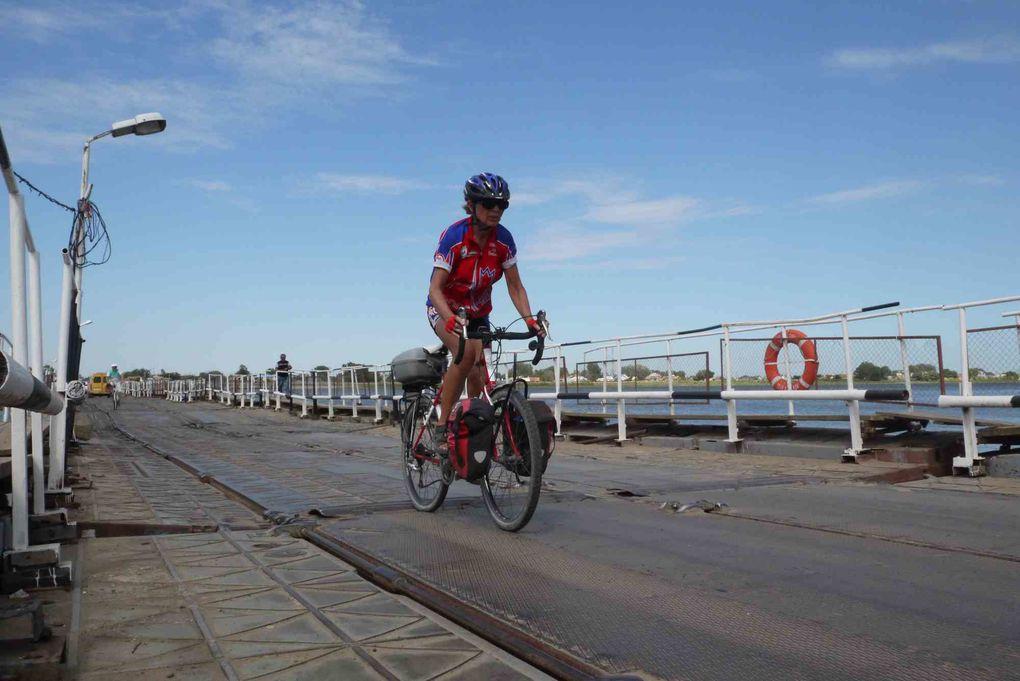 Photos prises en Russie au cours de l'expédition vélo Pékin Paris Londres 2012 avec étapes à  Astrakhan, Lineynoye, Yashkul', Elista, Ipatovo, Svetlograd, Nevinnomyssk, Kropotkin, Krasnodar et Temryuk avant de prendre le bac  pour rentrer en Ukr