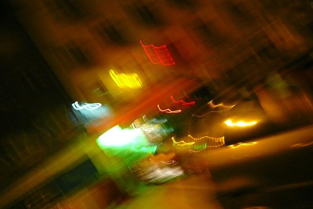 Les rues de la ville sont comme espiègles ce soir, il y flotte un parfum desubversion. En ôtant le stabilisateur de mon appareil, je réalise des clichés oùles êtres deviennent bicéphales, souriants et tristes à la fois comme les deuxfaces