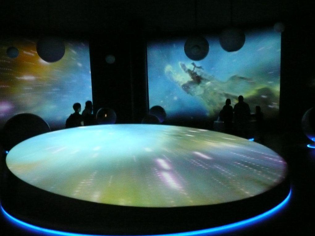 """Le CERN :10000 scientifiques&#x3B; 110 pays&#x3B; le plus grand laboratoire de physique des particules du  monde. Il a installé sur 27 kms de circonférence un accélérateur de particules afin de créer et d'étudier le phénomêne """"Big-Bang"""" ."""