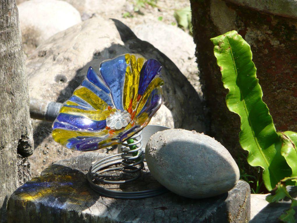 Un jardin où l'art se mêle à la diversité de la nature et sollicite tous les sens .L'eau dans sa chute dépose du calcaire sur les objets&#x3B;les plantes et les pétrifie...
