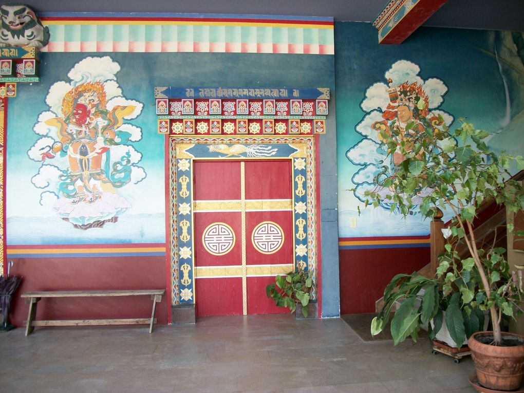 Le Centre bouddhiste de Dashang Kagyu Ling est situé près de Toulon-sur-Arroux(71).Construit sur le modèle du temple de Samyé (Bhoutan) VIème siècle après JC.Ouvert à tous et dépaysement assuré...