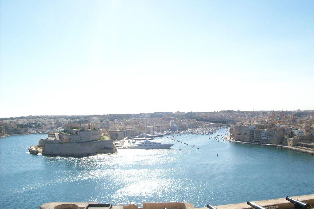 Les jardins d'Upper Barraca  d'où l'on a une vue imprenable sur le port et les trois cités, les rues en pente qui toutes paraissent finir dans la Méditerranéé,et Saint John, pur joyau de l' art baroque…