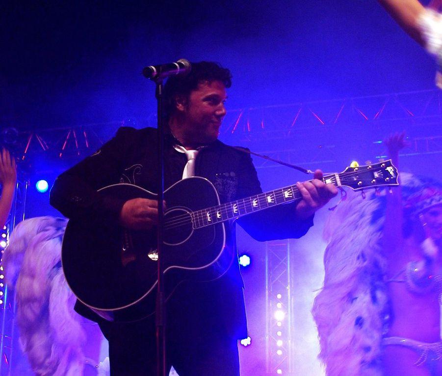 Eric Carbonne ( Chante Elvis Presley ) en Tournée avec ses Cowguirls très très appréciés ! )