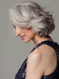 Des exemples de jolies coiffures pour celles qui assument leurs cheveux gris