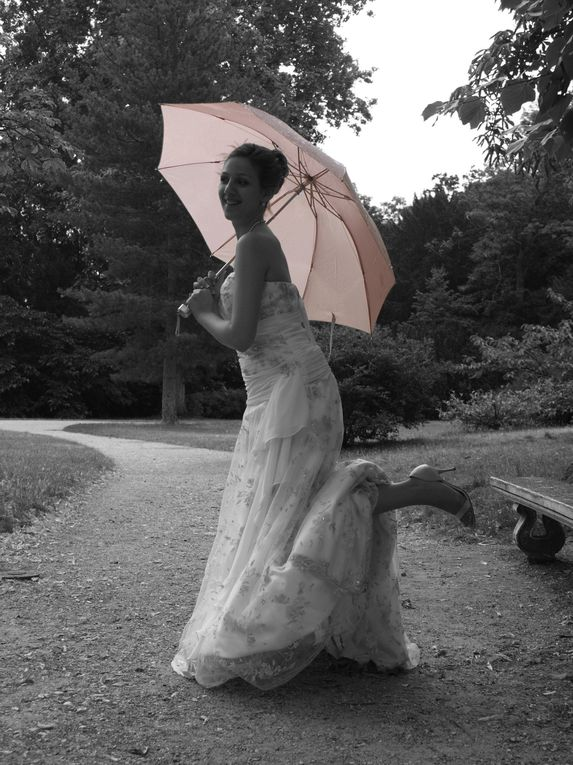 Un bel après midi de Juillet, une séance de photo entrecoupée par une intense mais courte pluie&#x3B; et de beaux mariés qui se sont pretés au jeu...