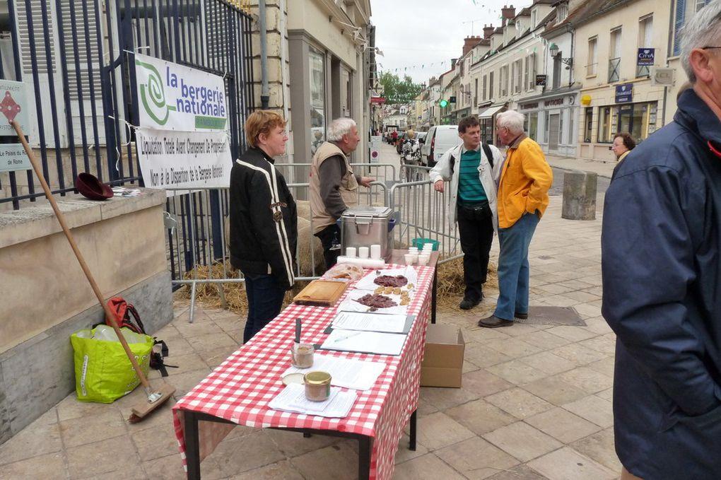 Stand pétition sur le marché de Rambouillet le samedi 14 mai avec le collectif BN et le GIE des fermiers de la forêt de Rambouillet