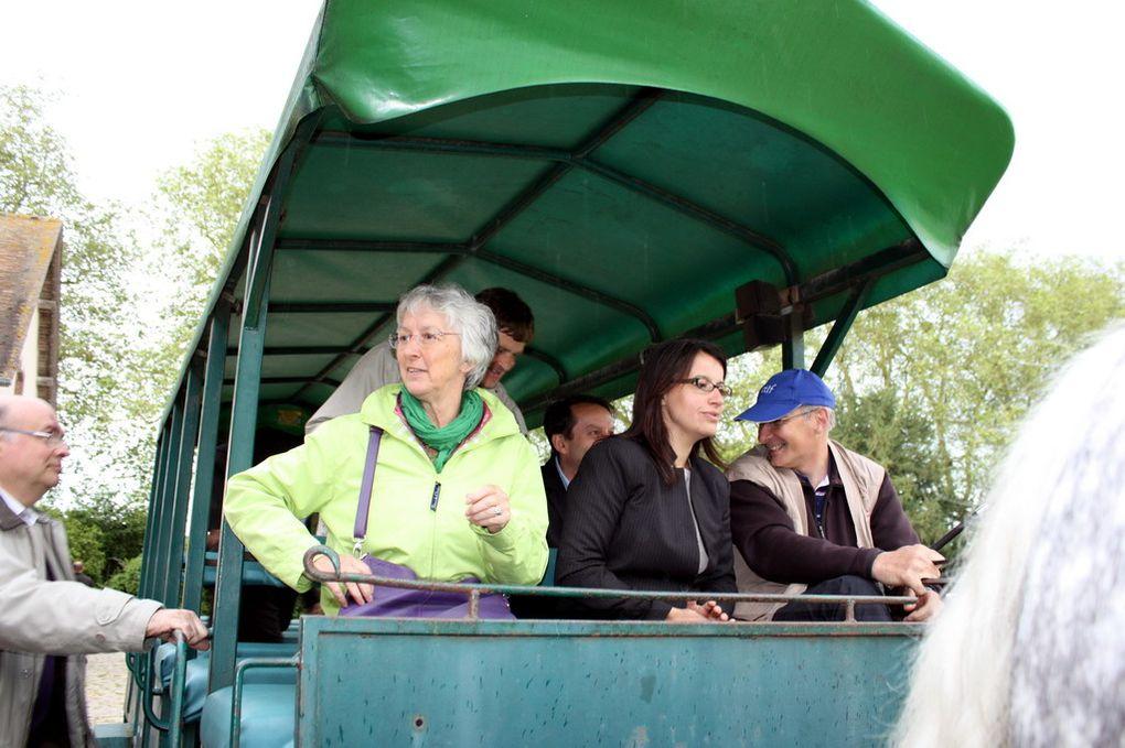 Rencontre d'Anny Poursinoff et Cécile Duflot avec les équipes de la Bergerie.Visite de la boutique, petit tour en calèche dans la ferme et le domaine, échanges avec les élus du personnel et le comité de soutien.