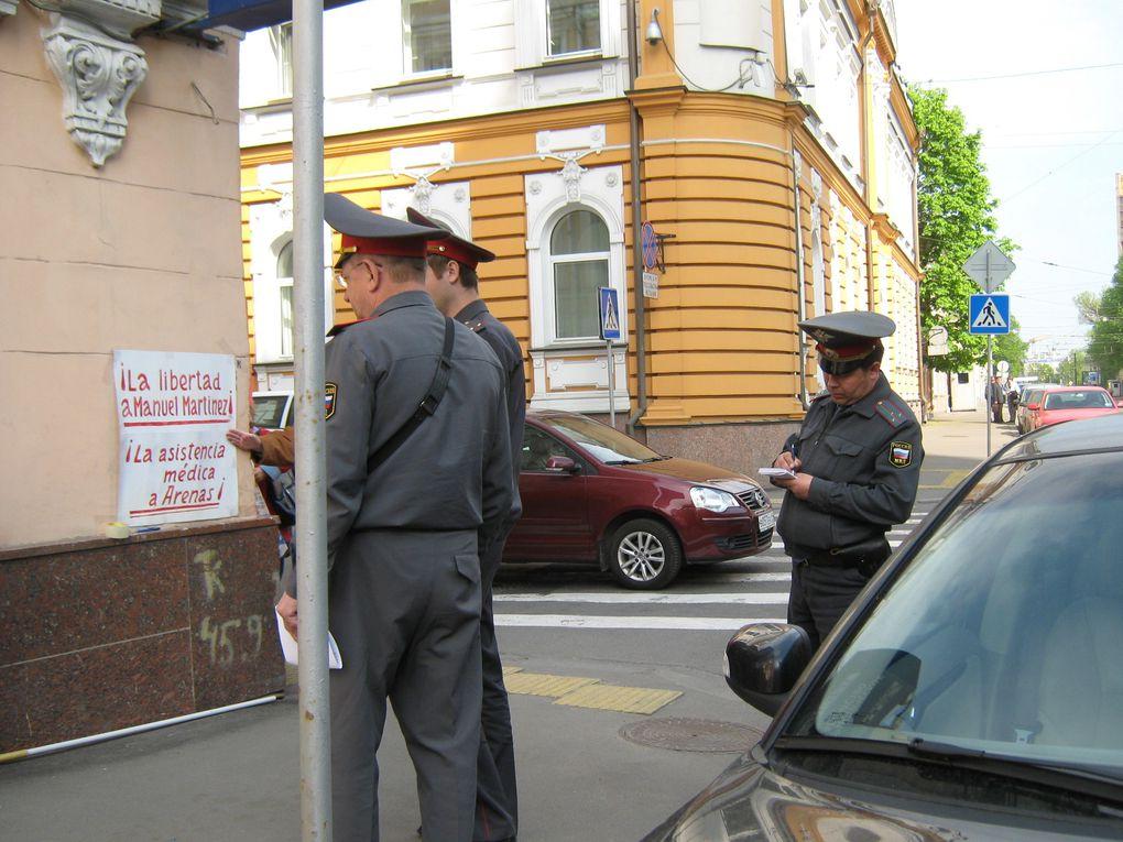 """Moscou,le 13 mai 2011.Piquet devant l'Ambassade d'Espagne.Organisé par le Comité Central du MDPP (Mouvement de toute l'Union pour la défense des Prisonnier/ères Politiques)en exigeant la liberté du Secrétaire Général du PCE(r):""""Arenas"""""""