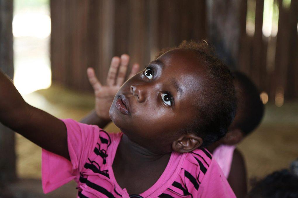 Lundi 19 novembre les enfants ont enfin pu reprendre le chemin du centre Utopiks Loustiks. Hanitra est la maîtresse principale et sera aidée par différents bénévoles de passage à Nosy Be. C'est actuellement au tour de Ciril, qui sera là jusqu'