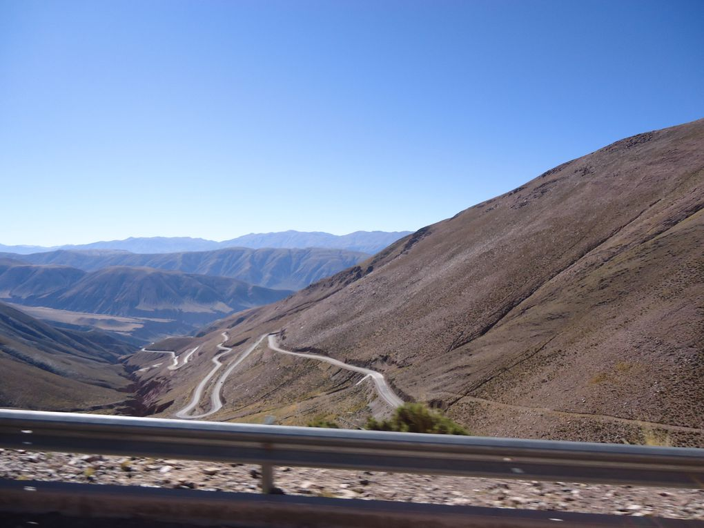 route de purmamarca vers les salinas grandes en passant par un col à 4170 m d'altitude et hauts plateaux de la Puna !!!