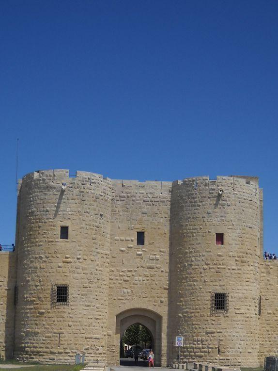 Aigues-Mortes, ville médiévale très réputée pour ses remparts notamment est à découvrir dans cet album. Bonne visite.