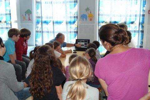 les membres du Souvenir Français retournent à l'école pour préparer avec les élèves de CM2 la visite du Musée de la Résistance Bretonne à ST Marcel