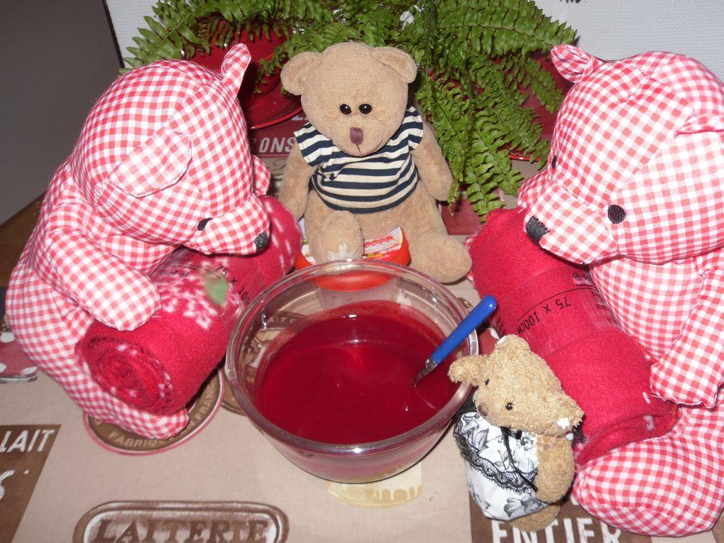 Cerise et Kirch trient les groseilles pour Norbert qui va faire de la gelée, mais il doit surveiller Pomponette car c'est pour le gouté de tous les nounours ...