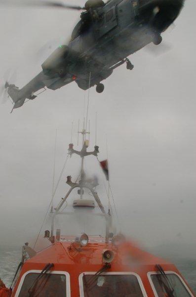 Premier exercice d'hélitreuillage en tre l'EC 225 de la Marine à Maupertus et la SNS 143 de Maupertus