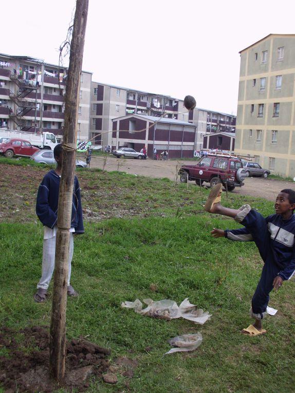 Projet à Agausta (quartier Ouest d'Addis), première étape en attendant les fonds : construction de balançoires et tesa pour et par la communauté.