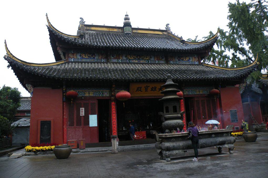 Hefei, capitale de l'Anhui ne nous a pas plus enthousiasmés que Wuhu, port fluvial. De nombreux temples très fréquentés.Le Mont Qi Yun Shan,une petite promenade avant de découvrir Huang Shan
