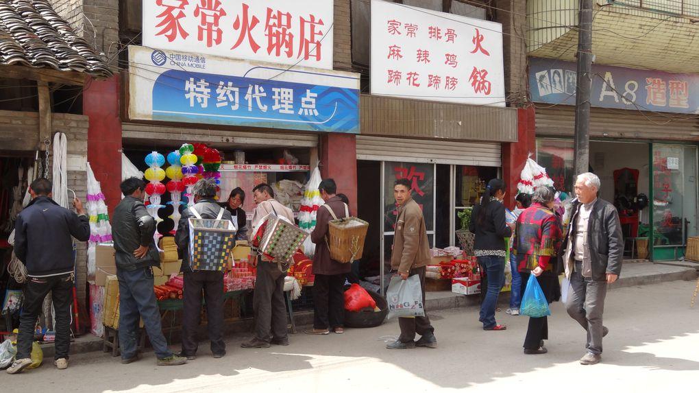 De magnifiques paysages sculptés par l'homme à l'aide de ses cultures. Les minorités de la Chine profonde,la splendeur de leurs costumes.