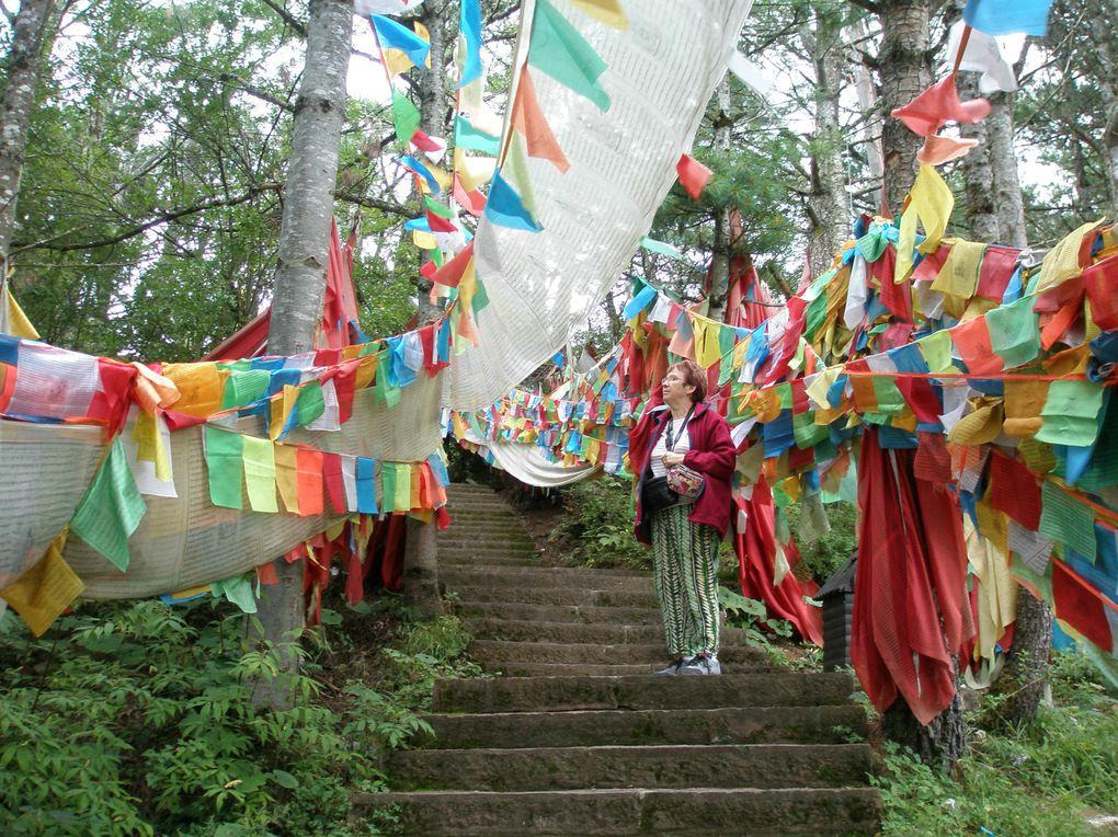des drapeaux de prières multicolores sillonnent la montagne