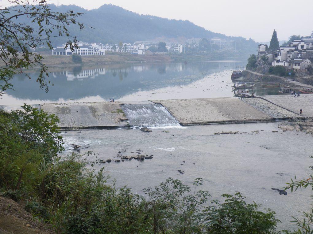 Village avec petit barrage et beaucoup de pêche