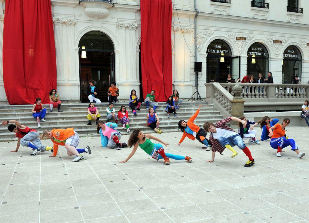 ''Corps de façade'' est une proposition chorégraphique de Fanny Aguado et Françoise Cance, mêlant danse hip hop, danse contemporaine et modern'jazz, avec la participation de 50 danseurs amateurs du New Danse Studio. Un projet réalisé pour la 2