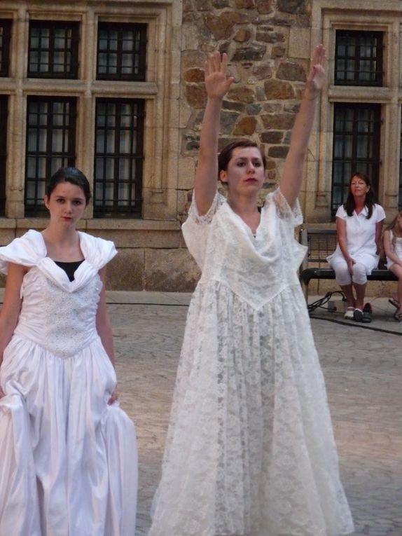 Toutes les photos de ''Fring'all'', création de Françoise Cance et Isabelle Machado, à l'occasion des jeudis de Tulle. Représentation du jeudi 7 juillet 2011.
