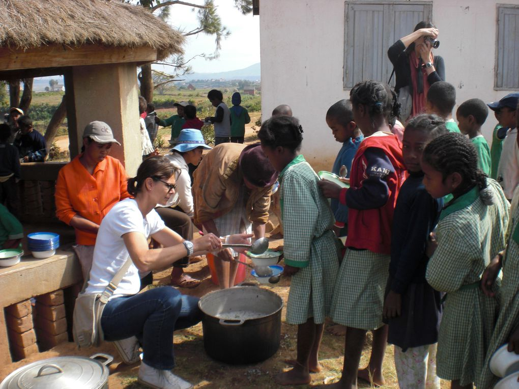 Lauredane sauzaret est l'instigatrice de la cantine de l'école de Tanjandroa les enfants bénéficient ainsi d'un repas par semaine avec le concours des parents du village qui viennent préparer le repas.